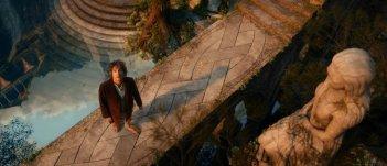 Martin Freeman osserva il cielo in una scena di Lo Hobbit - Un viaggio inaspettato