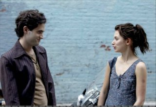 Penn Badgley e Imogen Poots si fronteggiano in una scena di Greetings From Tim Buckley
