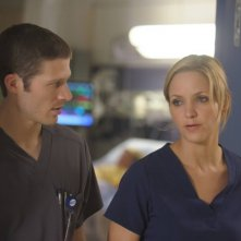 The Mob Doctor: Zach Gilford e Jordana Spiro in una scena dell'episodio Protect and Serve