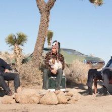 Colin Farrell, Christopher Walken e Sam Rockwell seduti nel deserto in una scena di Seven Psychopaths