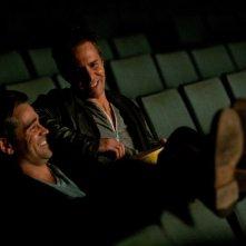 Colin Farrell e Sam Rockwell discutono comodamente in una scena di Seven Psychopaths