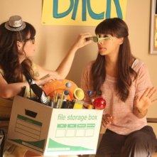 New Girl: Zooey Deschanel e Hannah Simone nell'episodio Re-Launch