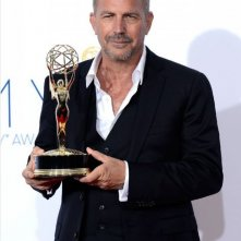 Kevin Costner con l'Emmy 2012 per Hatfields & McCoys