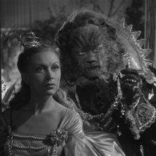 La Bella e la Bestia: Josette Day con Jean Marais in una sequenza del film