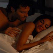 Giulio Berruti a letto con Lavinia Guglielman in una scena di Deadly Kitesurf
