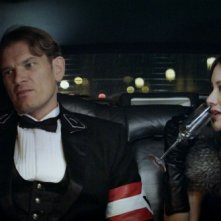 Iron Sky: Peta Sergeant e Götz Otto in una sequenza del film