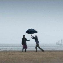 Colin Firth e Nicole Kidman giocano sulla spiaggia deserta in The Railway Man