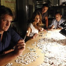 Castle: Jon Huertas, Nathan Fillion, Seamus Dever e Stana Katic in una scena dell'episodio After the Storm, premiere della stagione 5