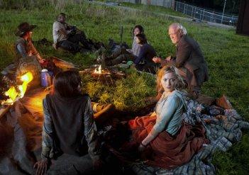 The Walking Dead: Chandler Riggs, Robert 'IronE' Singleton, Steven Yeun, Lauren Cohan, Scott Wilson, Emily Kinney e Sarah Wayne Callies nell'episodio Seed, premiere stagione 3