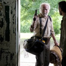 The Walking Dead: Scott Wilson e Andrew Lincoln nell'episodio Seed, premiere stagione 3