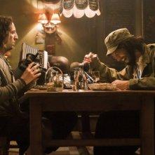 Les Seigneurs - Omar Sy (con la testa poggiata sul tavolo) Ramzy e Gad Elmaleh in una scena