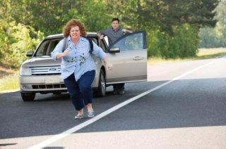 Melissa McCarthy tenta la fuga rincorsa da Jason Bateman in Identity Thief