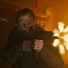 Skyfall: Daniel Craig spara con il suo potentissimo mitra