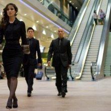 Skyfall: la sensuale Berenice Marlohe seguita da due bodyguard