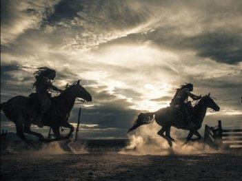 The Lone Ranger: gli indiani cavalcano selvaggiamente in una concitata scena del film