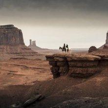 The Lone Ranger: Johnny Depp ed Armie Hammer a cavallo osservano lo sterminato canyon che si estende ai loro piedi