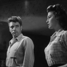 Burt Lancaster con Ava Gardner in una sequenza del film I Gangsters (1946)