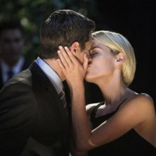 666 Park Avenue: Dave Annable insieme a Rachel Taylor in una scena romantica nell'episodio Murmurations