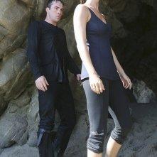 Barry Sloane insieme a Emily VanCamp in un momento dell'episodio Destiny della seconda stagione della serie TV Revenge