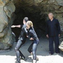 Cary-hiroyuki Tagawa Barry Sloane e Emily VanCamp in un momento dell'episodio Destiny della seconda stagione della serie TV Revenge