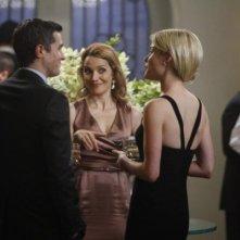 Dave Annable insieme a Mili Avital e Rachel Taylor in una scena dell'episodio Murmurations della prima stagione di 666 Park Avenue