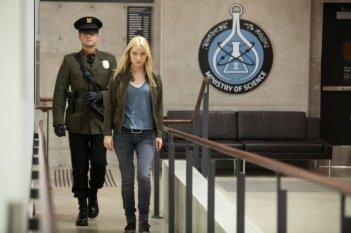 Joshua Jackson con Georgina Haig in una scena dell'episodio In Absentia della quinta stagione di Fringe