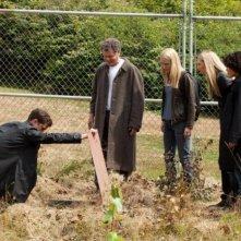 Joshua Jackson insieme a Georgina Haig, Jasika Nicole, John Noble e Anna Torv in una scena dell'episodio In Absentia della quinta stagione di Fringe