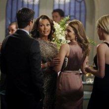 Mili Avital con Vanessa Williams in una scena dell'episodio Murmurations della prima stagione di 666 Park Avenue