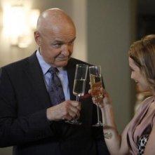 Mili Avital e Terry O'Quinn in una scena dell'episodio Murmurations della prima stagione di 666 Park Avenue