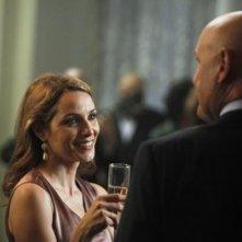 Mili Avital in una scena dell'episodio Murmurations della prima stagione di 666 Park Avenue