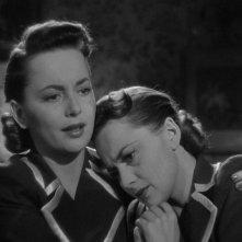 Olivia de Havilland interpreta le due protagoniste del film Lo specchio scuro (1946)