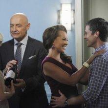 Rachel Taylor, Dave Annable, Terry O'Quinn e Vanessa Williams in una scena dell'episodio Murmurations della prima stagione di 666 Park Avenue