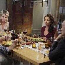 Rachel Taylor, Dave Annable, Terry O'Quinn insieme a Vanessa Williams in una scena dell'episodio Murmurations della prima stagione di 666 Park Avenue