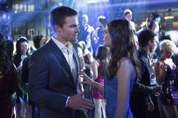 Stephen Amell e Willa Holland in una scena del pilot di Arrow