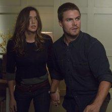 Stephen Amell insieme a Katie Cassidy in un momento dell'episodio Honor Thy Father della serie TV Arrow