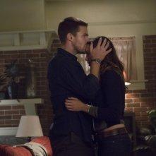 Stephen Amell insieme a Katie Cassidy in una scena dell'episodio Honor Thy Father della serie TV Arrow