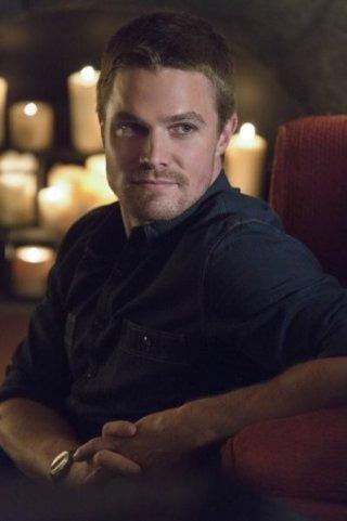 Stephen Amell nell'episodio Honor Thy Father della serie TV Arrow