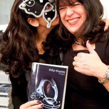 La scrittrice E.L. James, autrice della saga di 50 sfumature di grigio, insieme ad una fan