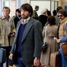 Argo: Ben Affleck in una scena del film insieme a Tate Donovan e Rory Cochrane