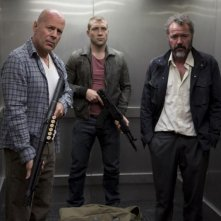 Bruce Willis, Jai Courtney e Sebastian Koch in una scena di Die Hard - Un buon giorno per morire