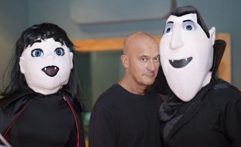Hotel Transylvania: Claudio Bisio al fianco dei pupazzi giganti di Mavis e Dracula