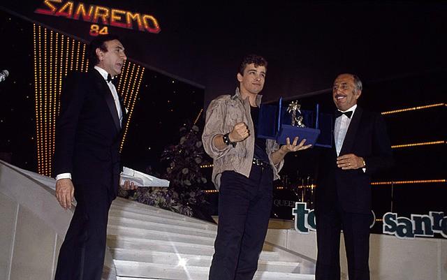 Sanremo 1984 Eros Ramazzotti Vince La Sezione Nuove Proposte Con Terra Promessa Accanto A Lui Pippo  253405