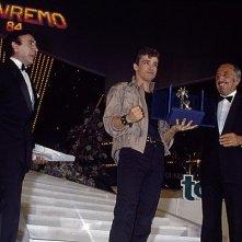 Sanremo 1984: Eros Ramazzotti vince la sezione nuove proposte con Terra promessa. Accanto a lui Pippo Baudo