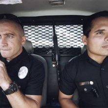 End of Watch - Tolleranza zero: Michael Pena e Jake Gyllenhaal in auto in una scena dell'action