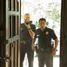 End of Watch - Tolleranza zero: Michael Pena e Jake Gyllenhaal in azione in una scena del film