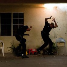 End of Watch - Tolleranza zero: Michael Pena e Jake Gyllenhaal sotto attacco in una scena