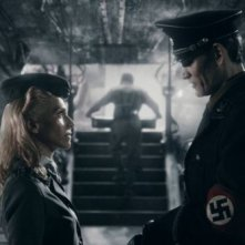 Iron Sky: Julia Dietze insieme a Götz Otto in una scena del film