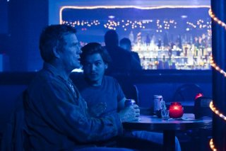 Killer Joe: Emile Hirsch in una scena con Thomas Haden Church in un locale notturno