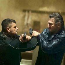 Liam Neeson in azione in una concitata scena di Taken: la vendetta