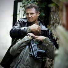 Liam Neeson in azione in una scena di Taken: la vendetta